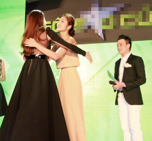 Hà Tăng trao giải cho Hà Hồ - 2