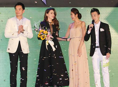 Hà Tăng trao giải cho Hà Hồ - 1