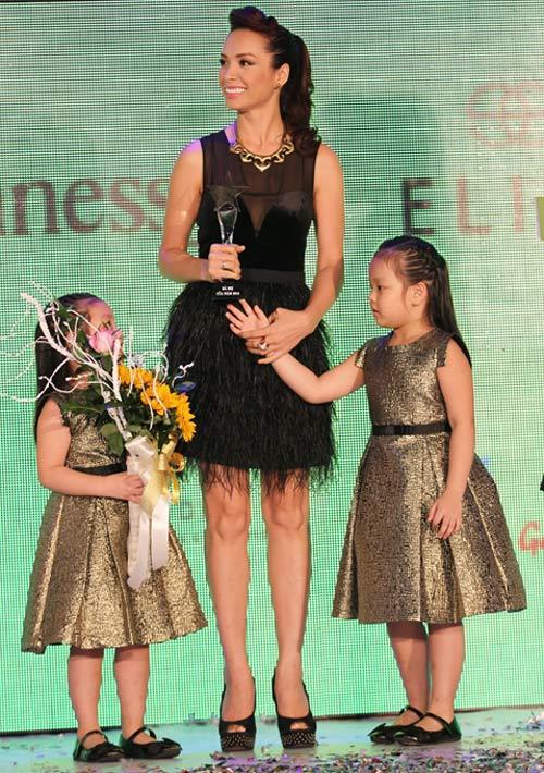 Hà Tăng trao giải cho Hà Hồ - 11