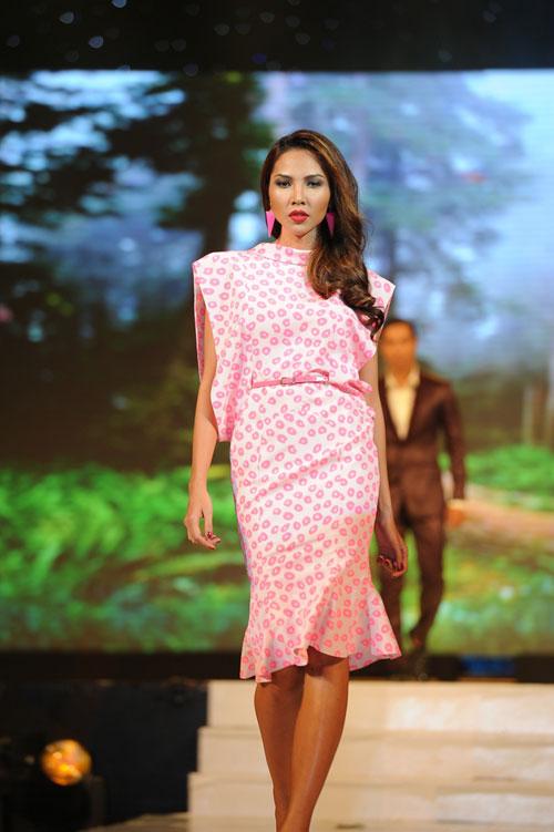 Thanh Hằng mặc thiết kế Xuân dạo catwalk - 3
