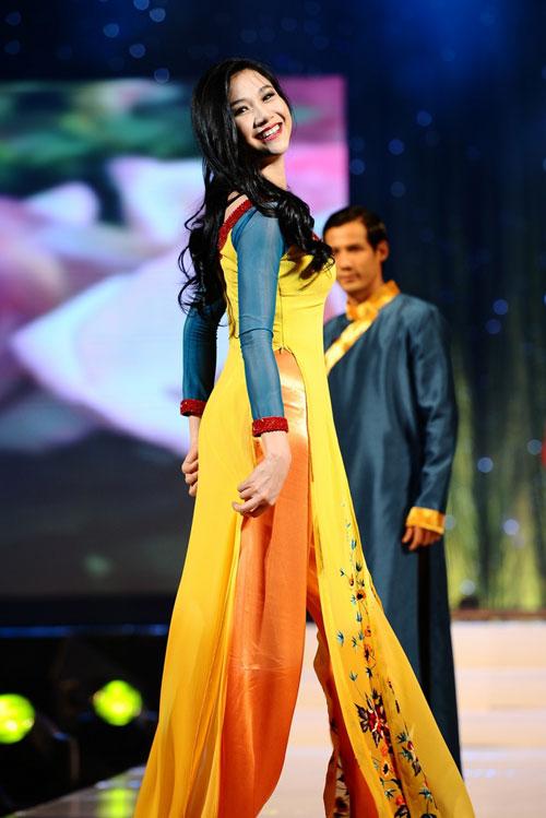 Thanh Hằng mặc thiết kế Xuân dạo catwalk - 15
