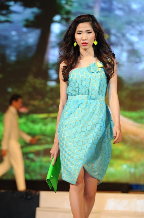 Thanh Hằng mặc thiết kế Xuân dạo catwalk - 8