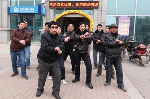 Công nhân nhảy Gangnam Style để  đòi nợ - 1