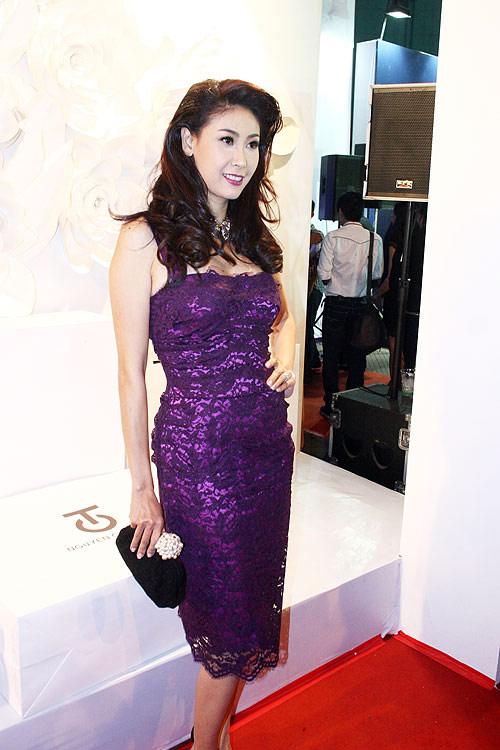 Phương Thanh, Kỳ Duyên vén váy khoe chân - 16