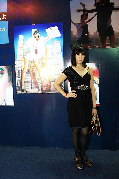 Phương Thanh, Kỳ Duyên vén váy khoe chân - 12
