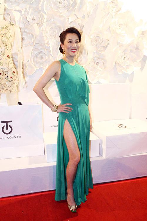 Phương Thanh, Kỳ Duyên vén váy khoe chân - 1