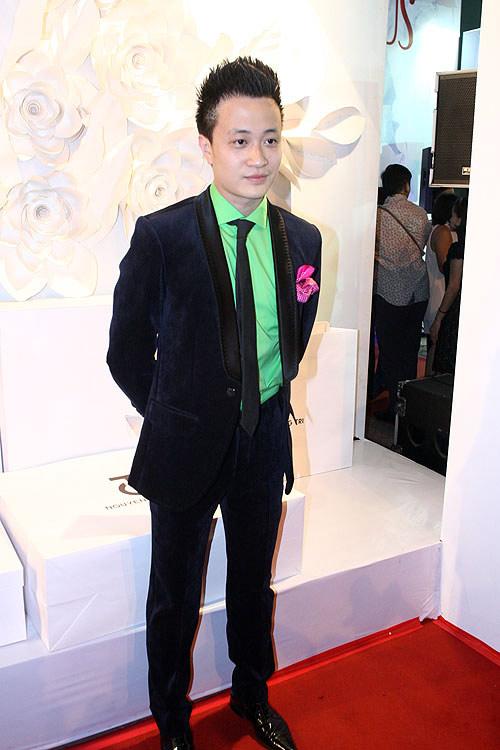 Phương Thanh, Kỳ Duyên vén váy khoe chân - 10