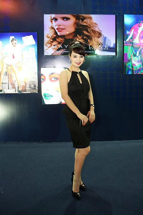 Phương Thanh, Kỳ Duyên vén váy khoe chân - 13