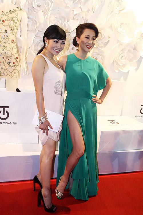 Phương Thanh, Kỳ Duyên vén váy khoe chân - 3