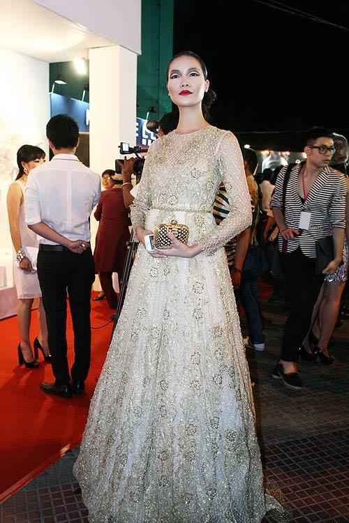 Phương Thanh, Kỳ Duyên vén váy khoe chân - 4