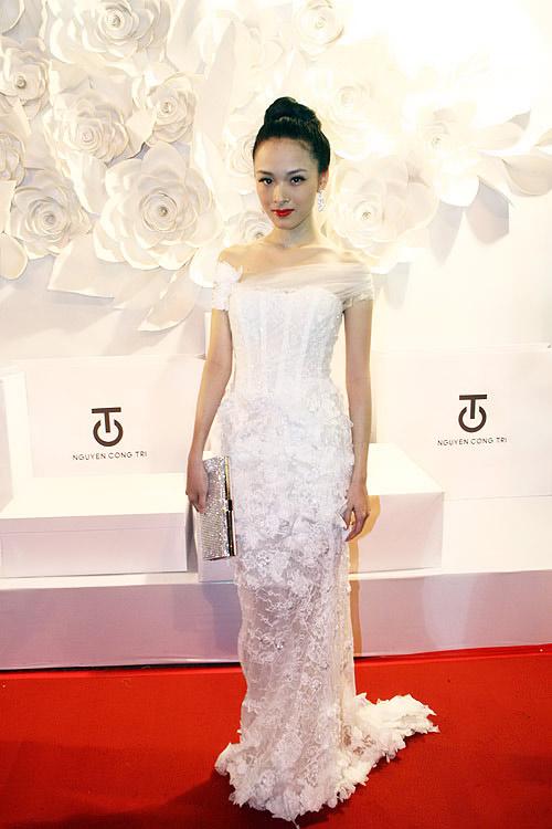 Phương Thanh, Kỳ Duyên vén váy khoe chân - 18
