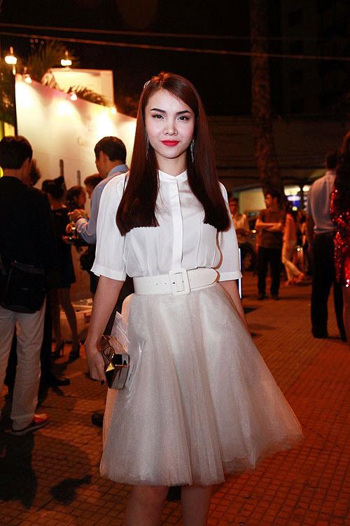 Phương Thanh, Kỳ Duyên vén váy khoe chân - 20