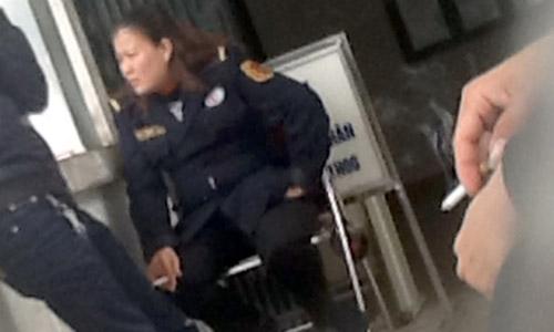 Nữ bảo vệ 'phì phèo' thuốc lá trong BV - 1