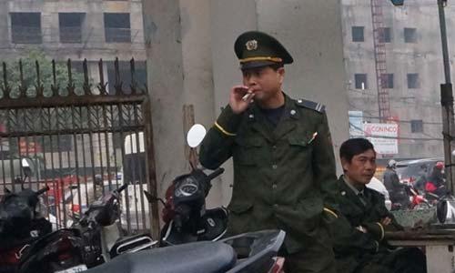 Nữ bảo vệ 'phì phèo' thuốc lá trong BV - 5