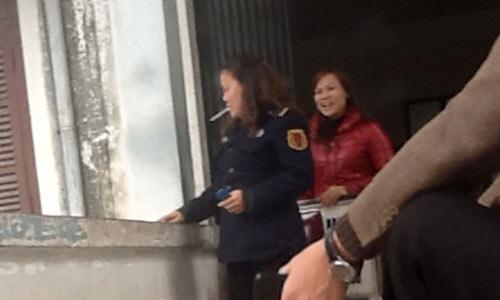 Nữ bảo vệ 'phì phèo' thuốc lá trong BV - 6