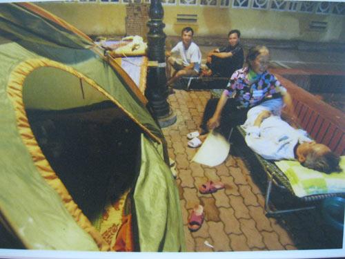 Cảnh bệnh nhân chui gầm giường lên triển lãm - 2