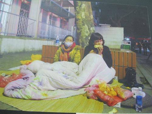 Cảnh bệnh nhân chui gầm giường lên triển lãm - 3