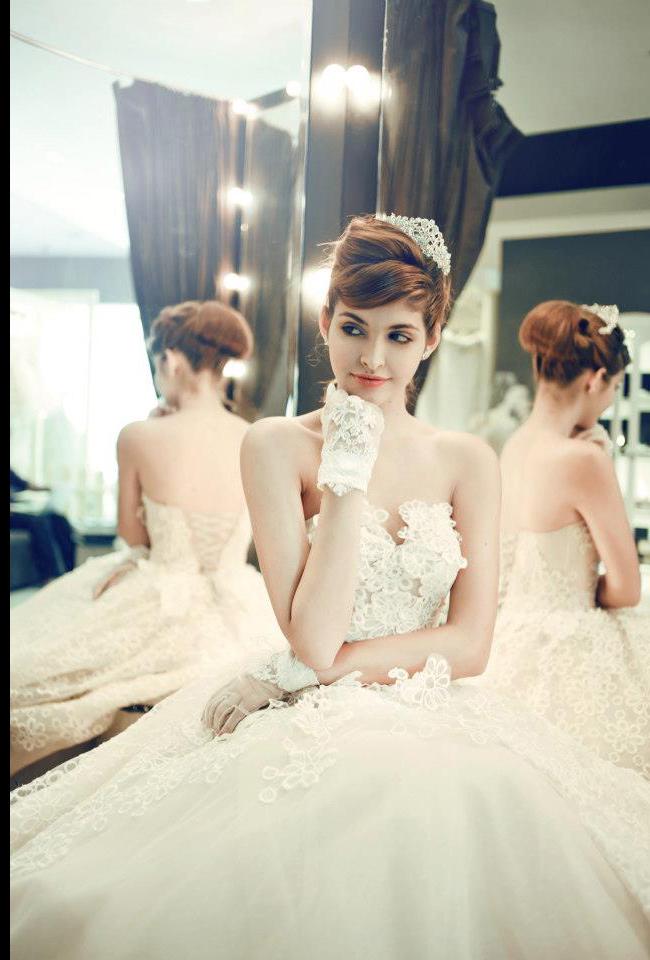 Andrea quý phái trong bộ váy cưới