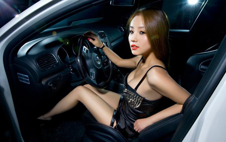 Sở hữu vẻ đẹp nóng bỏng, cùng đường cong sexy, chân dài đã mượn chiếc Volkswagen để khoe vẻ đẹp hình thể của mình
