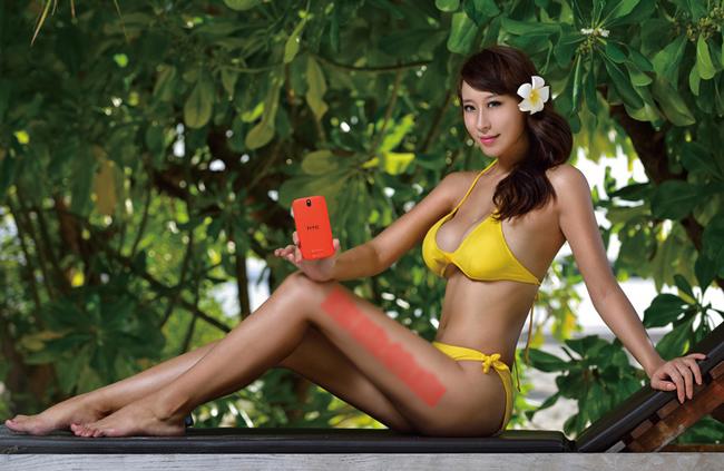 Có lẽ nhà sản xuất không lường được hình ảnh quá nóng bỏng của chân dài sẽ khiến người xem không còn tâm trí để ý đến chiếc điện thoại nữa.