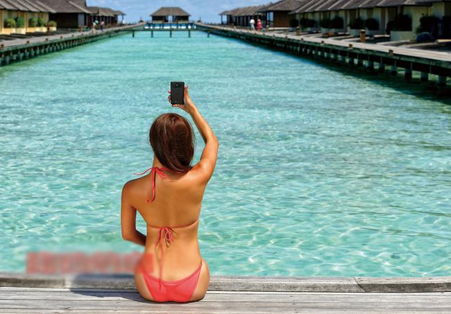 """Siêu mẫu khoe vòng 1 táo bạo cùng smartphone Kiều nữ  """" mơn man """"  bên laptop Mỹ nữ tắm cùng smartphone Những bóng hồng  ' khêu gợi '  của làng công nghệ"""