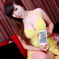 Hot girl Mai Thỏ lả lơi khoe ngực bên smartphone
