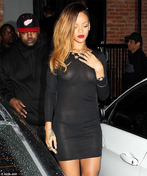 Rihanna gây sốc mặc cũng như không - 2