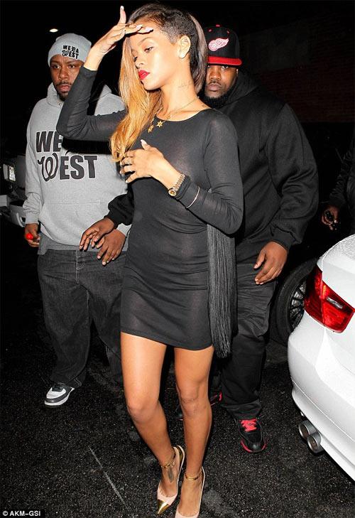 Rihanna gây sốc mặc cũng như không - 3