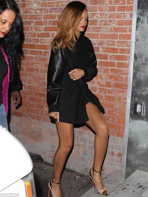 Rihanna gây sốc mặc cũng như không - 5