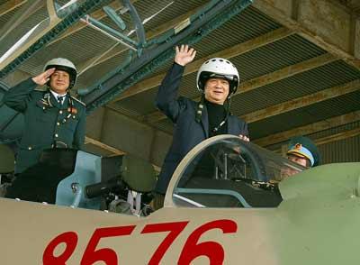 Thủ tướng đi thị sát máy bay Su-30MK2 - 2