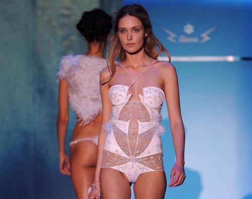 Những pha lộ ngực gây sốc trên catwalk - 4