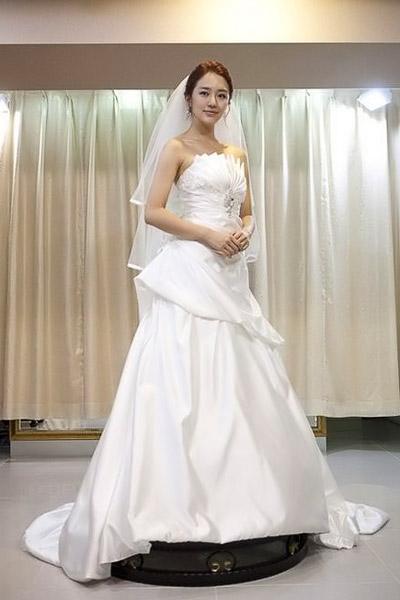 8 bộ đầm cưới đẹp mê ly của sao Hàn - 11