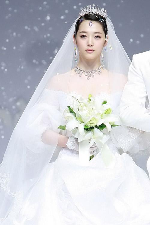 8 bộ đầm cưới đẹp mê ly của sao Hàn - 6