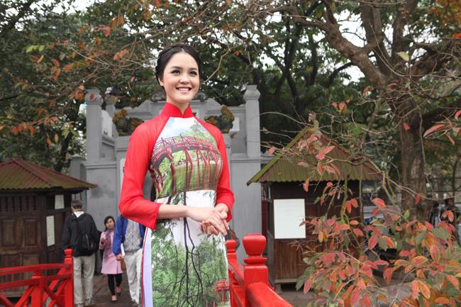 Á hậu Hoàng Anh xinh tươi trong tà áo dài in cầu Thê Húc