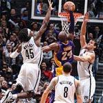 """Thể thao - NBA: Kobe Bryant úp rổ """"xuyên tường"""""""