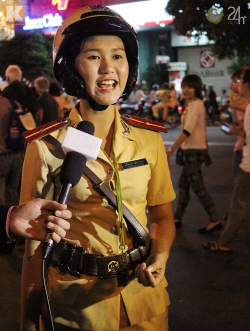 Ngắm nữ CSGT làm nhiệm vụ trong dịp Tết - 14