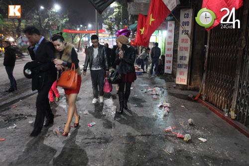 Đường phố ngập rác sau đêm giao thừa - 10