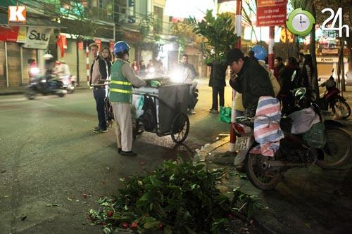 Đường phố ngập rác sau đêm giao thừa - 11