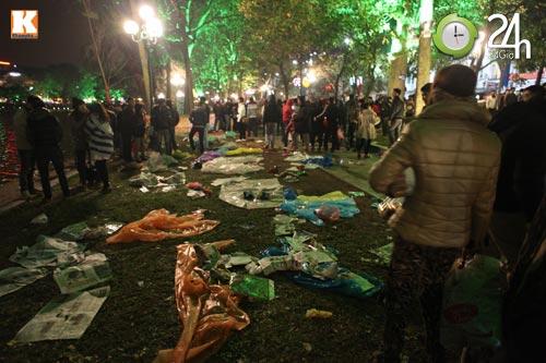 Đường phố ngập rác sau đêm giao thừa - 8