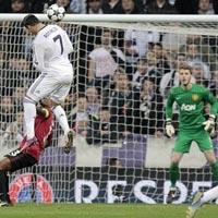 Ronaldo làm khổ hàng thủ MU