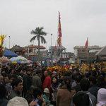 Tin tức trong ngày - Hàng ngàn người đổ về phiên chợ cầu may