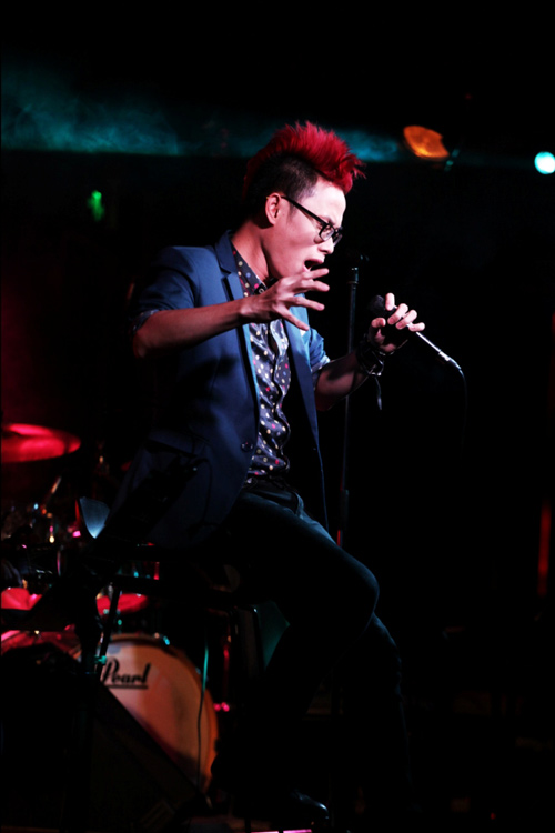 Trúc Nhân khoe tóc đỏ rực trên sân khấu - 1