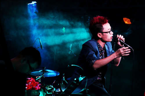 Trúc Nhân khoe tóc đỏ rực trên sân khấu - 2