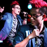 Trúc Nhân khoe tóc đỏ rực trên sân khấu