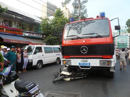 Xe chữa cháy cán chết người đi đường - 1