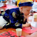 Giáo dục - du học - Cậu bé Úc say sưa viết thư pháp Việt