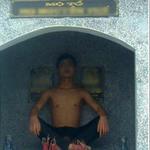 Tin tức trong ngày - Xôn xao bức ảnh nam thanh niên ngồi lên mộ tổ