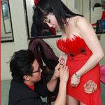 Hà Trí Quang sửa váy cho người đẹp