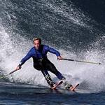 """Phi thường - kỳ quặc - """"Trượt tuyết"""" trên sóng nước"""
