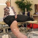 Tin tức trong ngày - Người phụ nữ có chân to nhất thế giới
